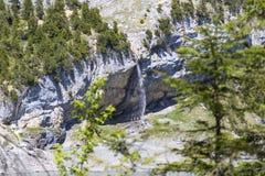 Cascada suiza de las montañas cerca del lago Oeschinensee en Bernese Oberland, Suiza imagenes de archivo
