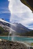Cascada suiza de las montañas cerca del lago Oeschinensee en Bernese Oberland, Suiza imágenes de archivo libres de regalías