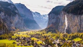 Cascada suiza Suiza 4k aéreo de Lauterbrunnen del pueblo de montaña almacen de video