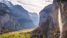 Cascada suiza Lauterbrunnen Suiza 4k aéreo de la montaña metrajes