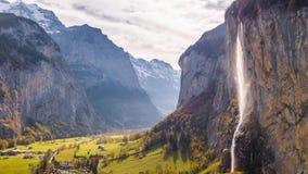 Cascada suiza Lauterbrunnen Suiza 4k aéreo de la montaña almacen de metraje de vídeo