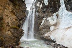 Cascada superior en Johnson Canyon Canada fotos de archivo