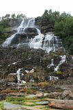 Cascada típica en montañas en Jotunheimen en Noruega, Europa fotografía de archivo libre de regalías