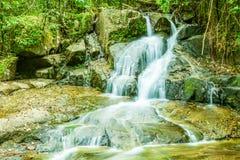 Cascada tropical en el bosque, Ton Chong Fa en Khao Lak Phang Foto de archivo
