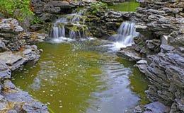 Cascada tropical en jardín del zen foto de archivo