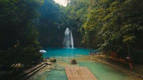 Cascada tropical hermosa Caídas de Kawasan Isla de Filipinas Cebú almacen de video