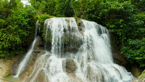 Cascada tropical hermosa Filipinas, Cebú almacen de video
