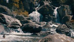 Cascada uchar en las montañas de Altai almacen de video
