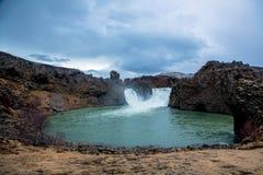 Cascada verde con la roca del basalto foto de archivo libre de regalías