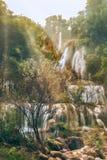 Cascada verde y limpia Fotos de archivo