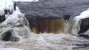 Cascada Voitsky Padun, día de invierno Karelia, Rusia almacen de metraje de vídeo