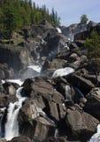Cascada y árboles de piedra en las rocas Imagen de archivo libre de regalías