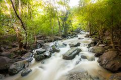 Cascada y agua que atraviesan rocas Imagen de archivo