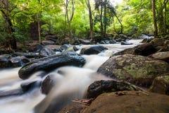 Cascada y agua que atraviesan rocas Imagen de archivo libre de regalías