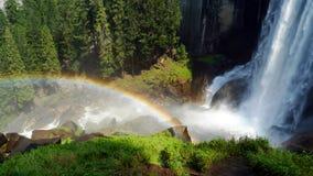 Cascada y arco iris de la caída vernal en Yosemite Fotografía de archivo libre de regalías
