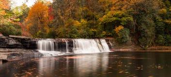 Cascada y bosque en la caída imagen de archivo libre de regalías