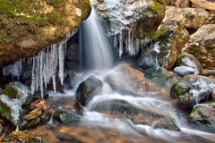 Cascada y carámbanos del invierno Fotografía de archivo