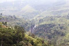 Cascada y colinas en el país de la colina al lado de Nuwara Eliya en Sri Lanka central fotos de archivo