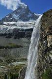 Cascada y el Matterhorn Foto de archivo
