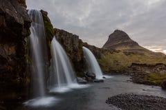 Cascada y Kirjufell - Islandia, costa oeste Fotografía de archivo