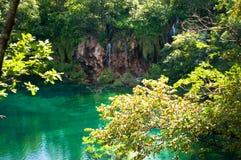 Cascada y lago con agua esmeralda transparente Foto de archivo libre de regalías