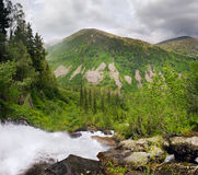 Cascada y montañas fotografía de archivo libre de regalías