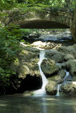 Cascada y puente Fotografía de archivo