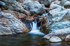 Cascada y río de poca velocidad Imagen de archivo