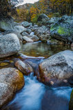 Cascada y río de poca velocidad Imagenes de archivo