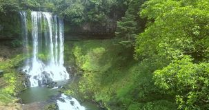 Cascada y río distantes de la visión con los rápidos almacen de metraje de vídeo