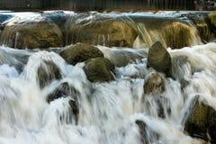 Cascada y rocas foto de archivo libre de regalías