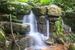 Cascada y rocas cubiertas con el musgo Foto de archivo libre de regalías