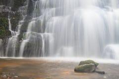 Cascada y rocas cubiertas con el musgo Imagen de archivo libre de regalías
