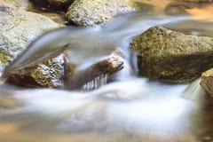 Cascada y rocas cubiertas con el musgo Imagen de archivo