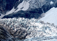 Cascada y Seracs del glaciar en montañas caucásicas Imagen de archivo