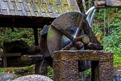 Cascada y turbina vieja del agua Foto de archivo