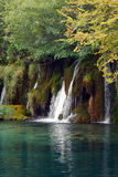 Cascada y un lago de la montaña Imagen de archivo libre de regalías