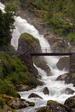 Cascada y un puente Fotos de archivo libres de regalías