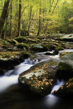 Cascadas ahumadas de la montaña Fotos de archivo libres de regalías