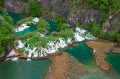 Cascadas cerca de la trayectoria turística en los lagos parque nacional, Croacia Plitvice Fotos de archivo libres de regalías