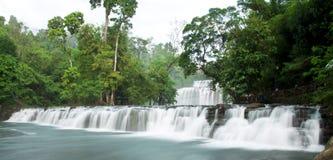 Cascadas con agua sedosa fotografía de archivo