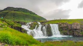 Cascadas de Kirkjufell en el pueblo de Grundarfjordur almacen de metraje de vídeo