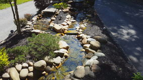 Cascadas de la característica del agua del jardín almacen de metraje de vídeo