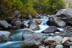 Cascadas de la cascada del río de la montaña imágenes de archivo libres de regalías