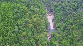 Cascadas de la cascada del río de la visión aérea entre las colinas verdes
