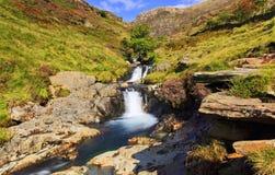 Cascadas de la corriente de las rocas, del brezo y de la montaña Imagen de archivo