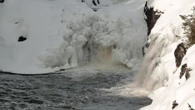 Cascadas de la nieve que sorprenden en bahía minúscula con los altos bancos rocosos almacen de video
