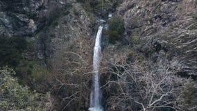 Cascadas de los millomeris que sorprenden en las montañas de Chipre, visión aérea en acantilados, visión superior almacen de metraje de vídeo