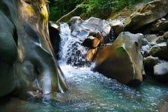 Cascadas de restauración gloriosas en corriente de la montaña Fotos de archivo