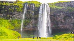 Cascadas de Seljalandfoss que los turistas pueden caminar en la cueva detrás de ella Lapso de tiempo metrajes